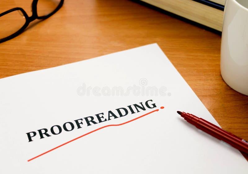 Λέξη διόρθωσης δοκιμίων στο άσπρο φύλλο με την κόκκινη μάνδρα στοκ εικόνες με δικαίωμα ελεύθερης χρήσης
