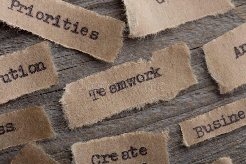 Λέξη ομαδικής εργασίας στενό σε έναν επάνω κομματιών χαρτί, έννοια επιχειρησιακού δημιουργική κινήτρου στοκ φωτογραφίες