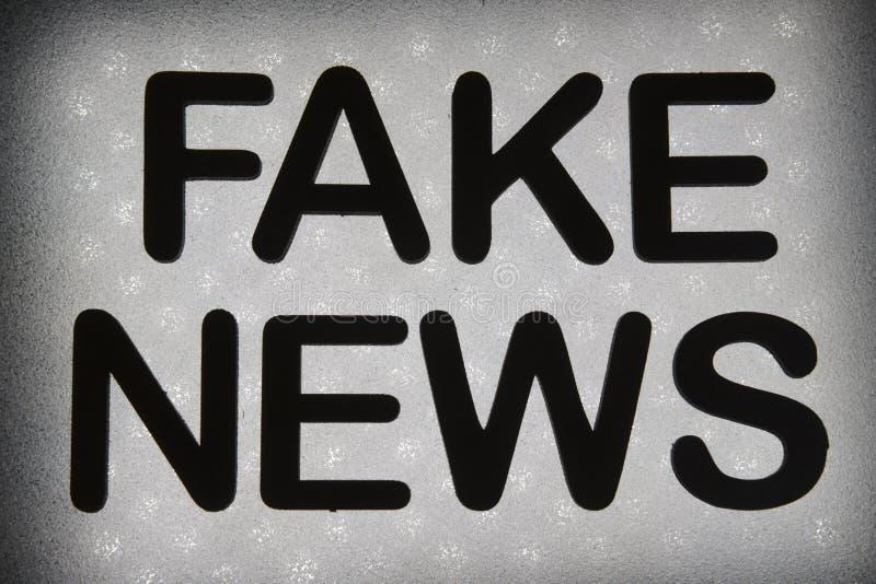 """λέξη """" πλαστό news""""  στοκ φωτογραφία με δικαίωμα ελεύθερης χρήσης"""