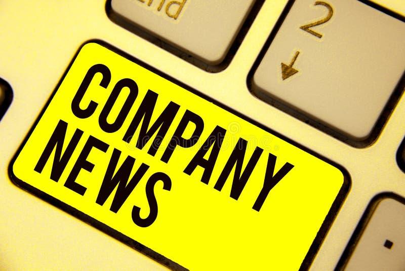 Λέξη που γράφει text Company τις ειδήσεις Η επιχειρησιακή έννοια για τις πιό πρόσφατες πληροφορίες και να συμβούν σε ένα πληκτρολ ελεύθερη απεικόνιση δικαιώματος