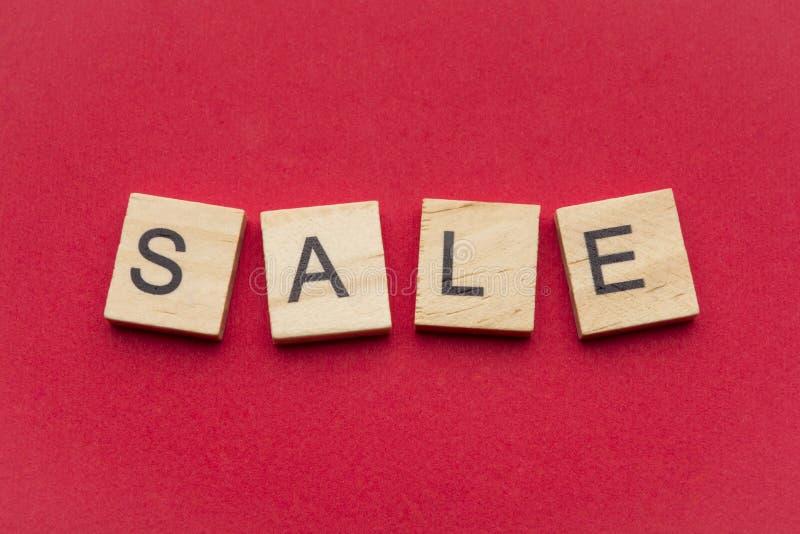 Λέξη πώλησης στα ξύλινα κεραμίδια σταυρολέξου στοκ φωτογραφία με δικαίωμα ελεύθερης χρήσης
