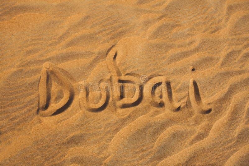 Λέξη του Ντουμπάι στην έρημο άμμου στοκ εικόνα