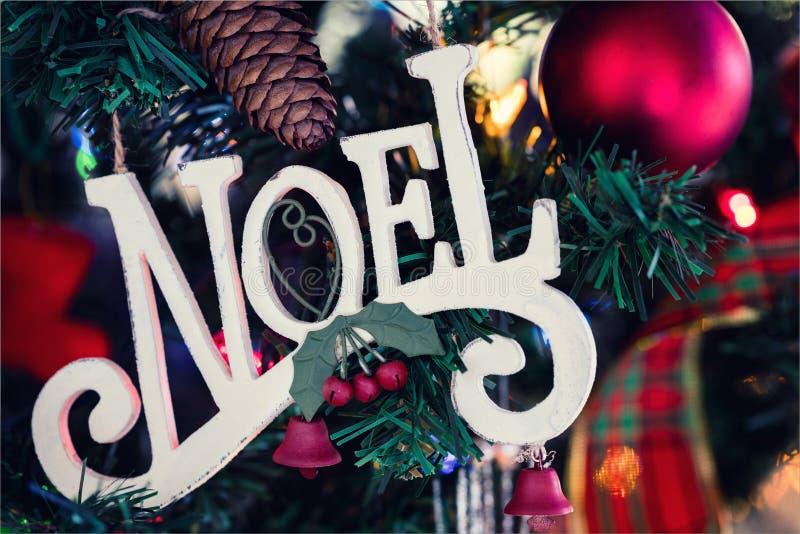 Λέξη NOEL διακοσμήσεων Χριστουγέννων, η οποία είναι Χριστούγεννα στα γαλλικά, ο στοκ φωτογραφία με δικαίωμα ελεύθερης χρήσης