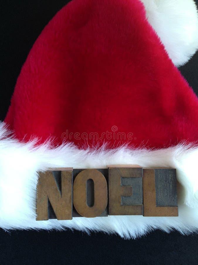 Λέξη Noel στο καπέλο Santa στοκ εικόνες