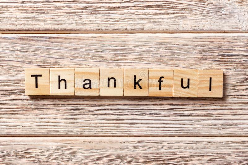 Λέξη Thakful που γράφεται στον ξύλινο φραγμό thakful κείμενο στον πίνακα, έννοια στοκ φωτογραφία με δικαίωμα ελεύθερης χρήσης