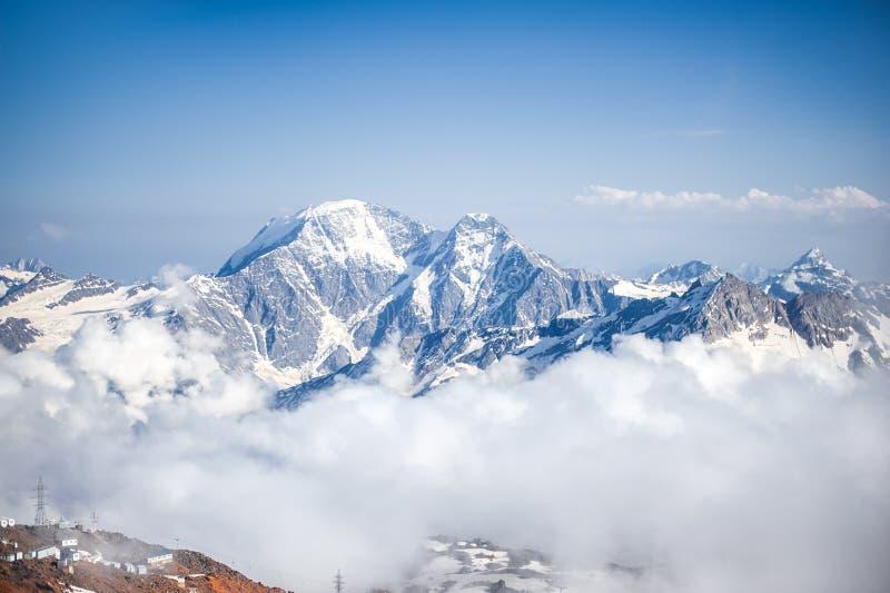 Λέσχες της ομίχλης και της κίνησης σύννεφων κατά μήκος της κλίσης του υποστηρίγματος Elbrus στοκ φωτογραφίες με δικαίωμα ελεύθερης χρήσης
