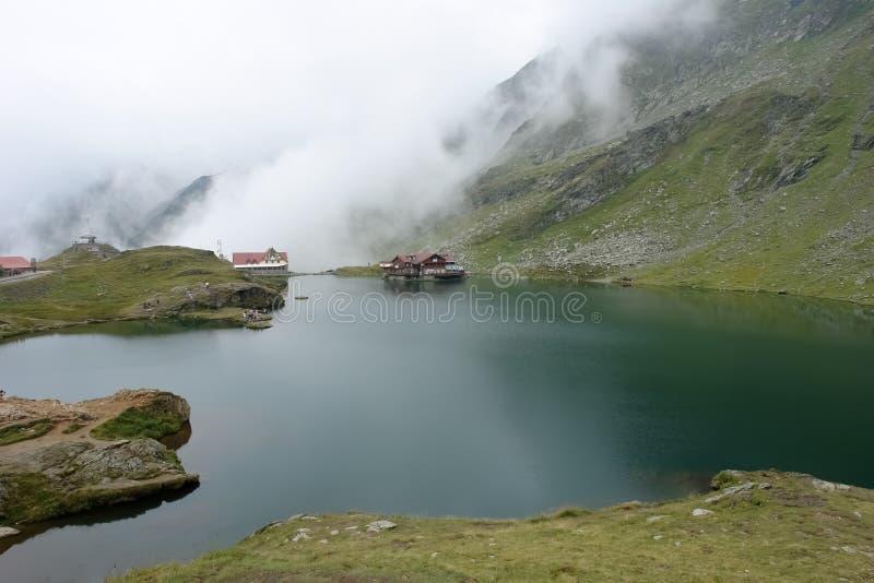 Λέσχες της πυκνής ομίχλης που κυλούν κάτω από τους λόφους των βουνών Fagaras στη λίμνη Balea στοκ φωτογραφία με δικαίωμα ελεύθερης χρήσης
