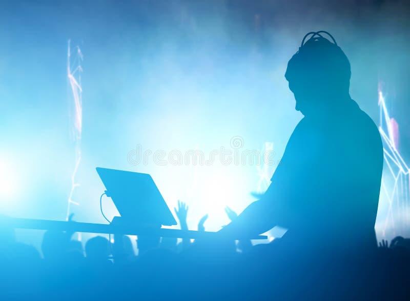 Λέσχη, disco DJ που παίζει και που αναμιγνύει τη μουσική για τους ανθρώπους nightlife απεικόνιση αποθεμάτων