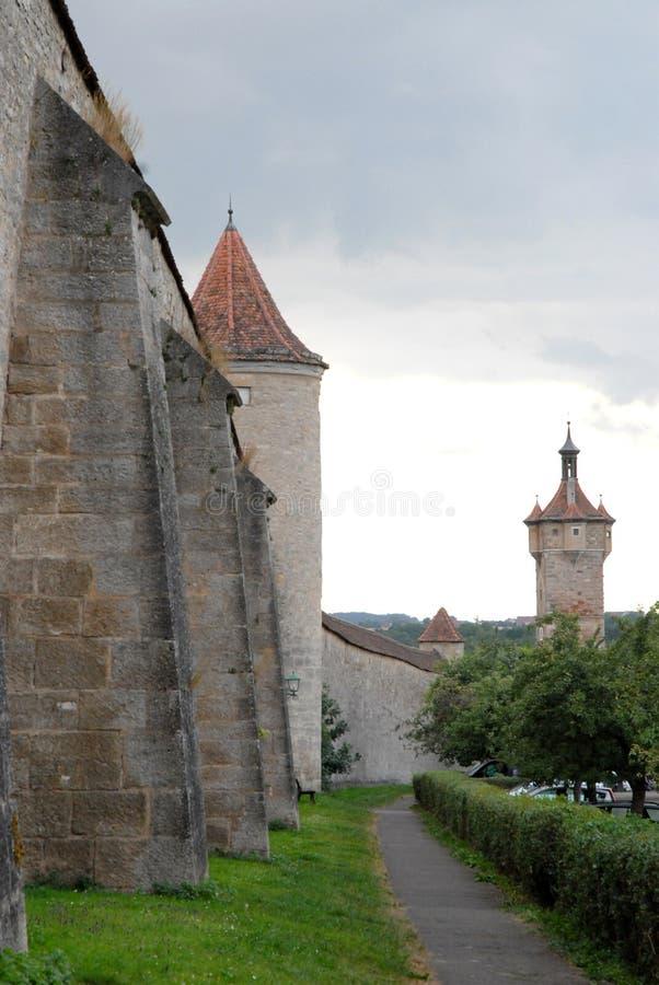 Λήφθείτε έξω, με τους πύργους, οι αρχαίοι τοίχοι της πόλης Rothenburg στη Γερμανία στοκ εικόνα
