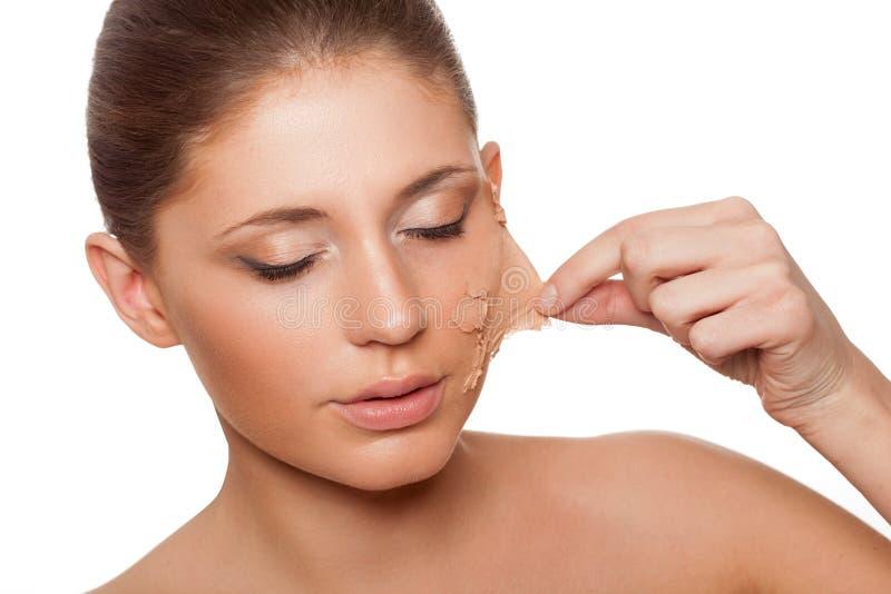 Λήψη γυναικών του παλαιού δέρματός της από το πρόσωπο στοκ εικόνες