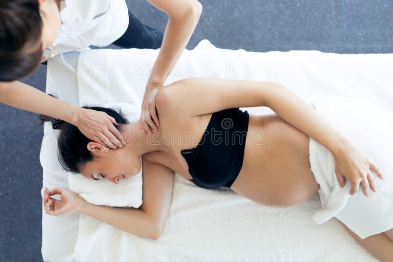 Λήψη εγκύων γυναικών οστεοπατχητική ή chiropractic επεξεργασία στο λαιμό σε μια κλινική στοκ εικόνες