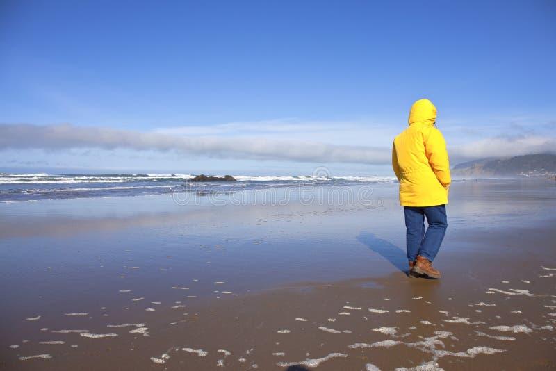 Λήψη ενός περιπάτου στην ακτή του Όρεγκον στοκ εικόνες