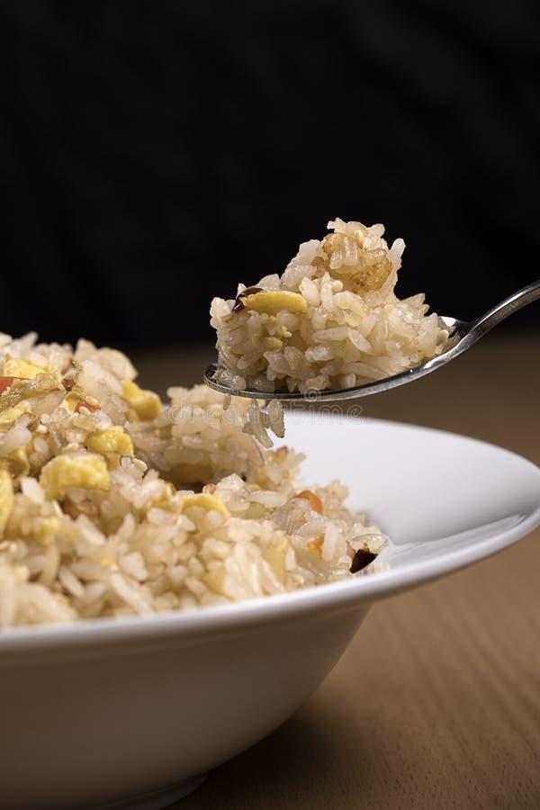Λήψη μιας κουταλιάς του τηγανισμένου ρυζιού στοκ εικόνες
