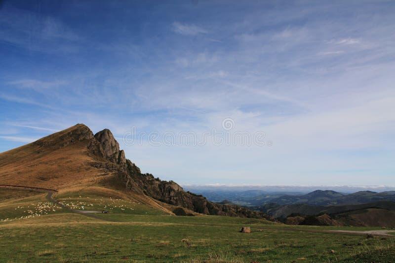 Λήψη της βαθιά εισπνοής στο φυσικό τοπίο των όμορφων βουνών irati στο μπλε ουρανό με τη overhanging άποψη στοκ εικόνα