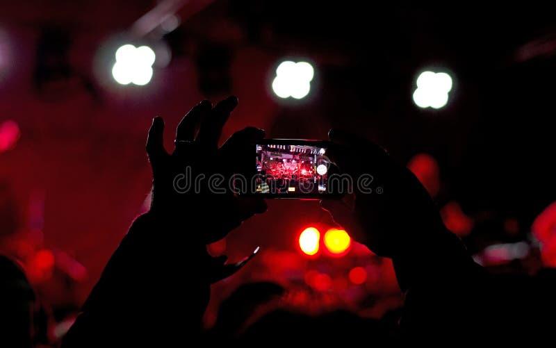 Λήψη της φωτογραφίας στη συναυλία στοκ εικόνα με δικαίωμα ελεύθερης χρήσης