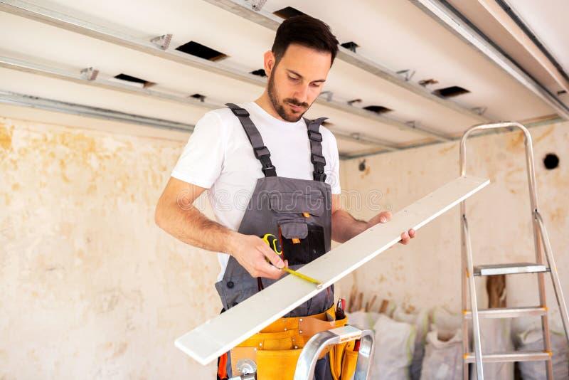 Λήψη του ακριβούς μέτρου του λεπτού ξύλινου πίνακα στοκ φωτογραφία με δικαίωμα ελεύθερης χρήσης