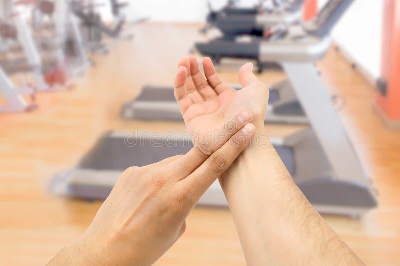 Λήψη του σφυγμού στη γυμναστική στοκ εικόνα