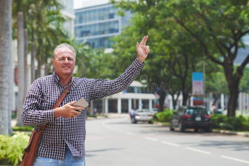 Λήψη του ταξί στοκ φωτογραφία