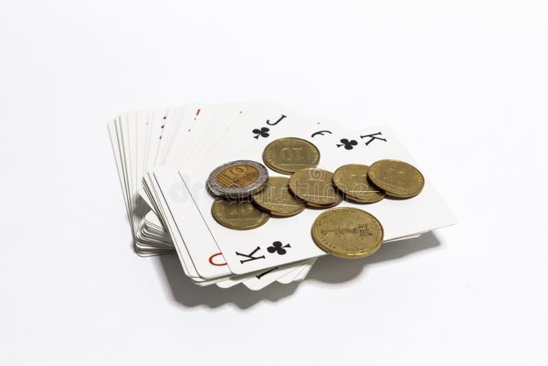 Λίγα ισραηλινά νομίσματα της διαφορετικής αξίας σε Shekel ΝΑΚ με τη γέφυρα των καρτών παιχνιδιού σε ένα άσπρο υπόβαθρο στοκ φωτογραφίες με δικαίωμα ελεύθερης χρήσης