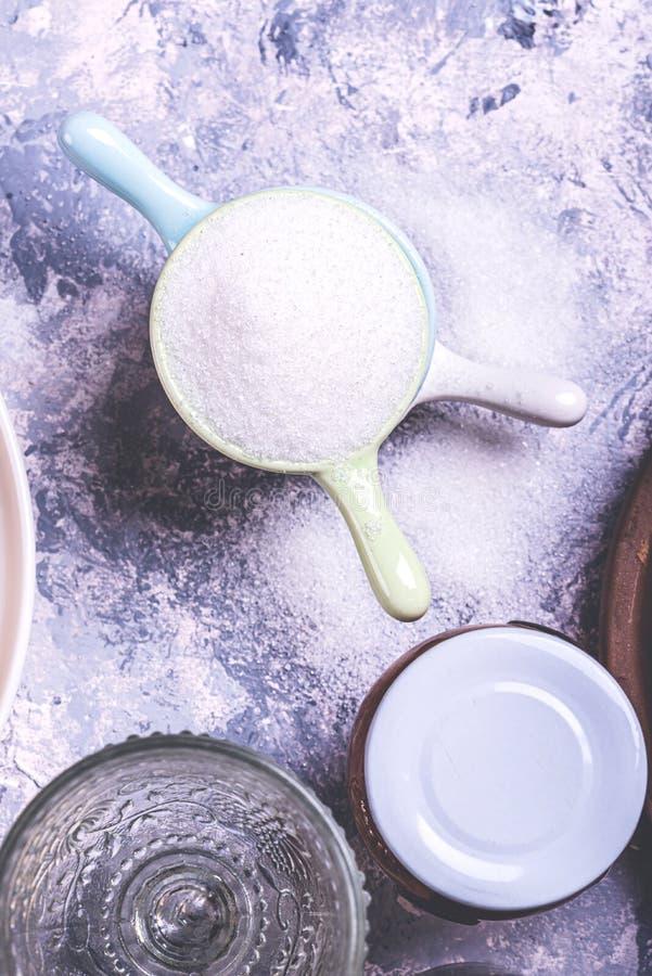 Λίγα μικρά καλύμματα που συσσωρεύονται στο γκρίζο σύνολο πινάκων της ζάχαρης στοκ φωτογραφία με δικαίωμα ελεύθερης χρήσης