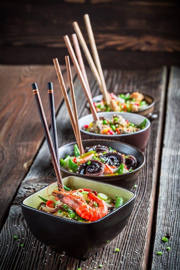 Λίγα παραδοσιακά ασιατικά νουντλς με τα λαχανικά στοκ εικόνες