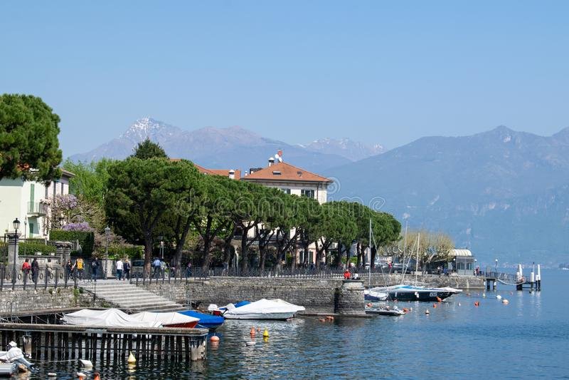 Λίγα σκάφη ελλιμένισαν την τακτοποιημένη ακτή στη λίμνη Como, Ιταλία, Ευρώπη στοκ εικόνες