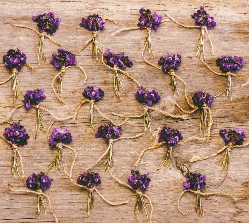 Λίγα συσσωρεύουν των άγριων λουλουδιών και των βιολέτων στο παλαιό ξύλινο υπόβαθρο στοκ φωτογραφία με δικαίωμα ελεύθερης χρήσης