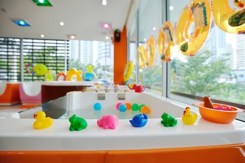 Λίγες οι ζωικές κούκλες για τα παιδιά παίζουν και μαθαίνουν στο κολυμπώντας κιβώτιο στοκ φωτογραφίες με δικαίωμα ελεύθερης χρήσης