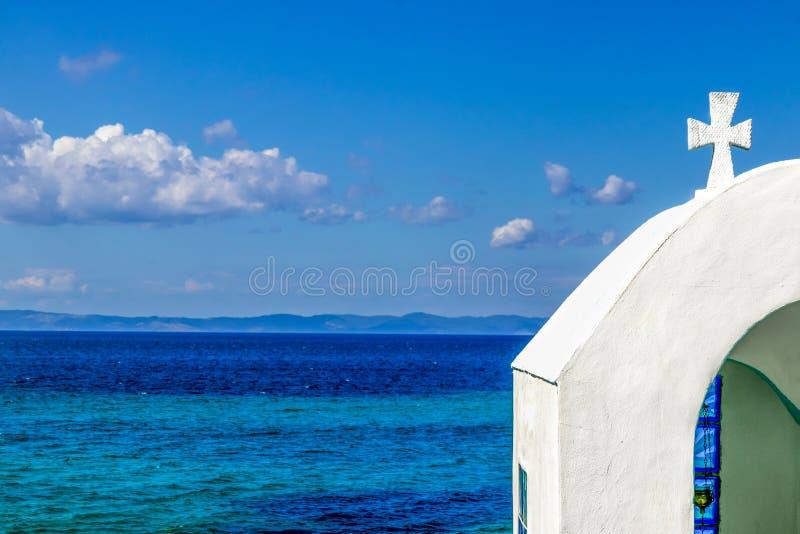 Λίγη άσπρη εκκλησία, παραδοσιακό παρεκκλησι επάνω από τη θάλασσα στοκ φωτογραφία με δικαίωμα ελεύθερης χρήσης