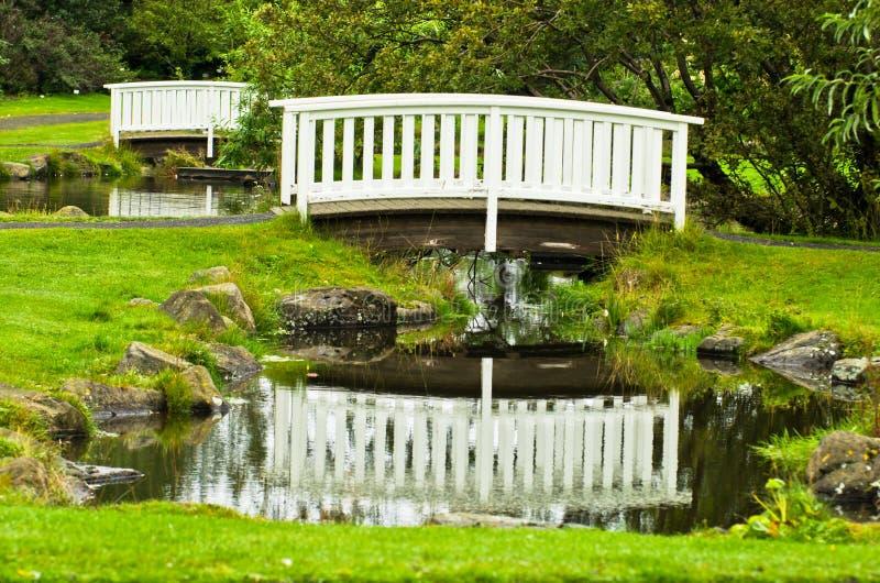 Λίγη άσπρη ξύλινη γέφυρα σε ένα πάρκο στην πόλη του Ρέικιαβικ στοκ φωτογραφία
