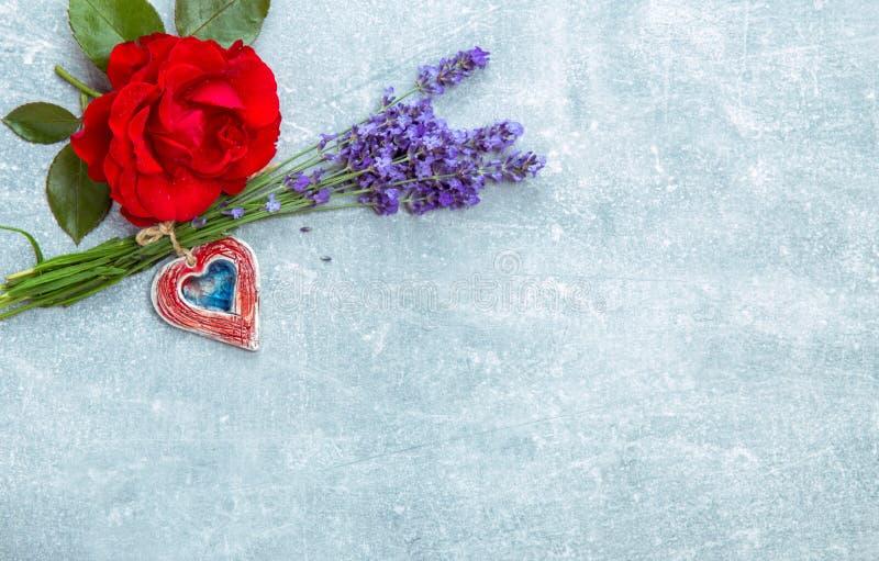 Λίγη ανθοδέσμη των οργανικών αγγλικών τριαντάφυλλων με lavender - συμπαθητικό και όμορφο μικρό δώρο για τις γυναίκες σας στοκ εικόνες