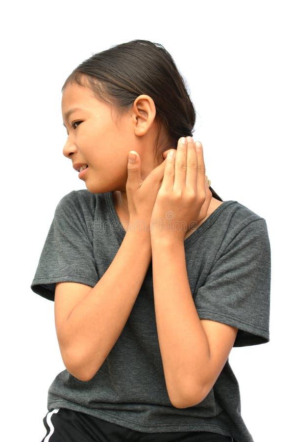Λίγη ασιατική γρατσουνιά κοριτσιών φαγουρίζει το χέρι στοκ εικόνες