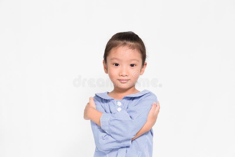 Λίγη ασιατική τοποθέτηση κοριτσιών καλή και ευχαριστημένη από το υπόβαθρο απομονώσεων στοκ φωτογραφίες