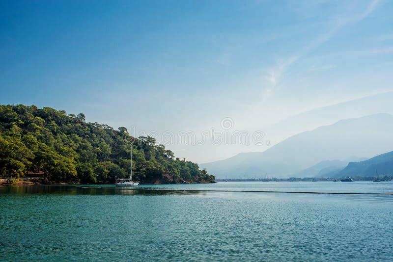 Λίγη βάρκα στην μπλε λιμνοθάλασσα στοκ εικόνα με δικαίωμα ελεύθερης χρήσης
