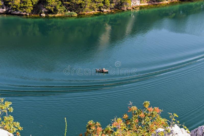 Λίγη βάρκα στη θάλασσα, που αλιεύει στη θερμή ηλιόλουστη ημέρα, όμορφο τοπίο, καταπληκτικός προορισμός ταξιδιού, θερινές διακοπές στοκ φωτογραφίες