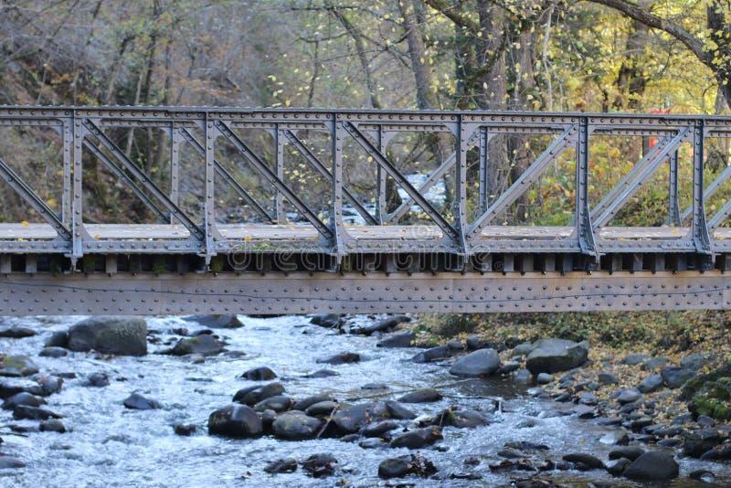 Λίγη γέφυρα σιδήρου στον ποταμό στοκ φωτογραφία με δικαίωμα ελεύθερης χρήσης