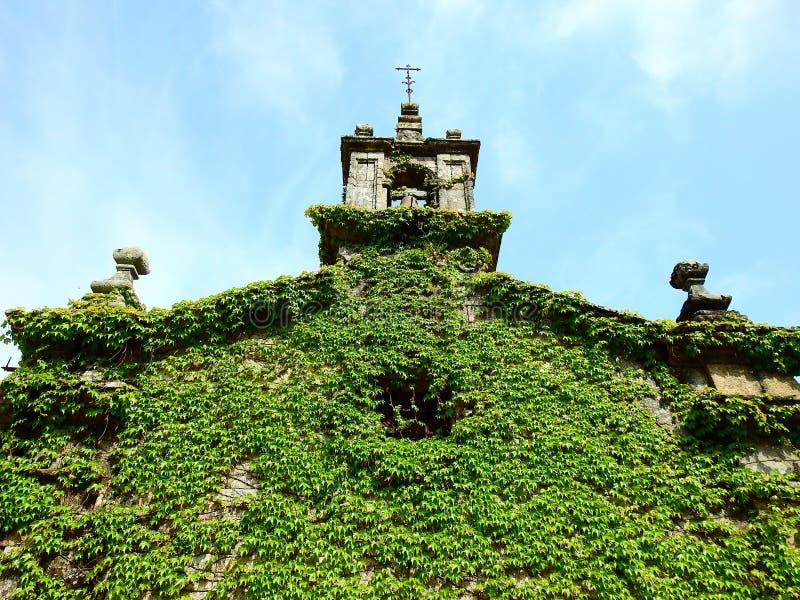 Λίγη εκκλησία με τον πράσινο κισσό στον τοίχο του στοκ φωτογραφίες με δικαίωμα ελεύθερης χρήσης