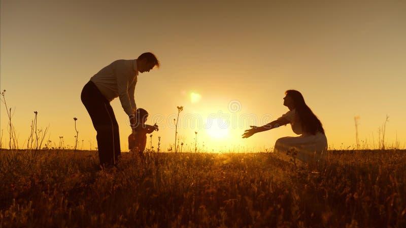 Λίγη κόρη πηγαίνει στη μητέρα της στα όπλα της στο ηλιοβασίλεμα Η ευτυχής μητέρα αγκαλιάζει και φιλά το μωρό Ο μπαμπάς, mom και τ στοκ φωτογραφία με δικαίωμα ελεύθερης χρήσης