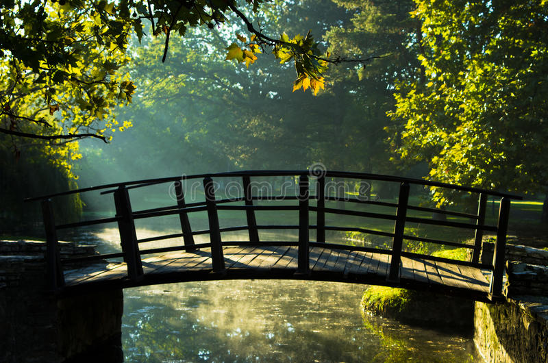 Λίγη ξύλινη γέφυρα sunrays πρώτα στο πρωί στο πάρκο Topcider στοκ εικόνες με δικαίωμα ελεύθερης χρήσης