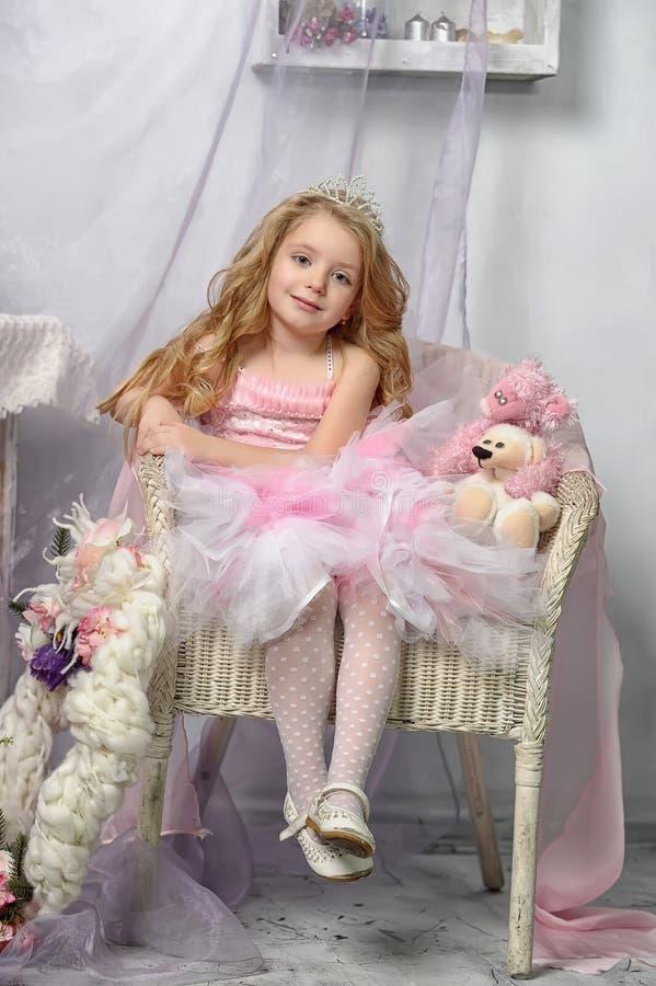 Λίγη πριγκήπισσα στο ροζ στοκ φωτογραφία με δικαίωμα ελεύθερης χρήσης