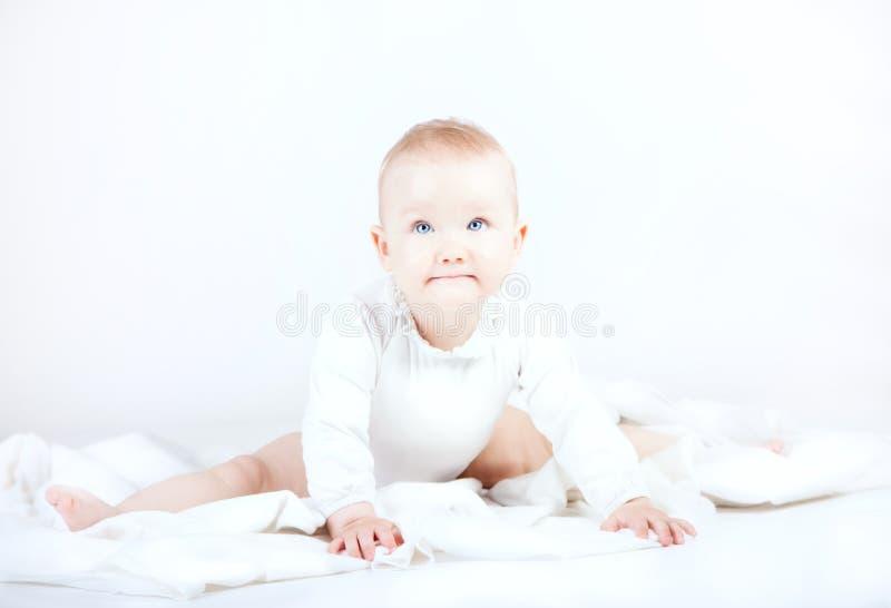 Λίγη τοποθέτηση κοριτσάκι στοκ φωτογραφίες με δικαίωμα ελεύθερης χρήσης