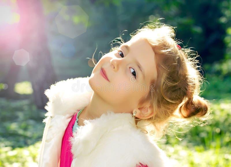 Λίγη όμορφη κινηματογράφηση σε πρώτο πλάνο κοριτσιών υπαίθρια στο φως του ήλιου στοκ εικόνες