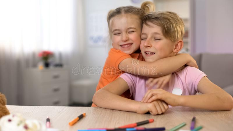 Λίγοι αδελφός και αδελφή που αγκαλιάζουν την οικογενειακή ενότητα, παιδαριώδεις τρυφερές σχέσεις στοκ φωτογραφία με δικαίωμα ελεύθερης χρήσης