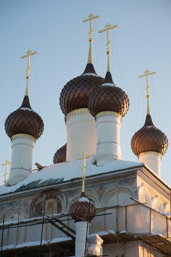 Λίγοι θόλοι με τους σταυρούς πέρα από έναν άσπρος-πέτρινο ναό ενάντια σε έναν μπλε ουρανό στοκ εικόνα με δικαίωμα ελεύθερης χρήσης
