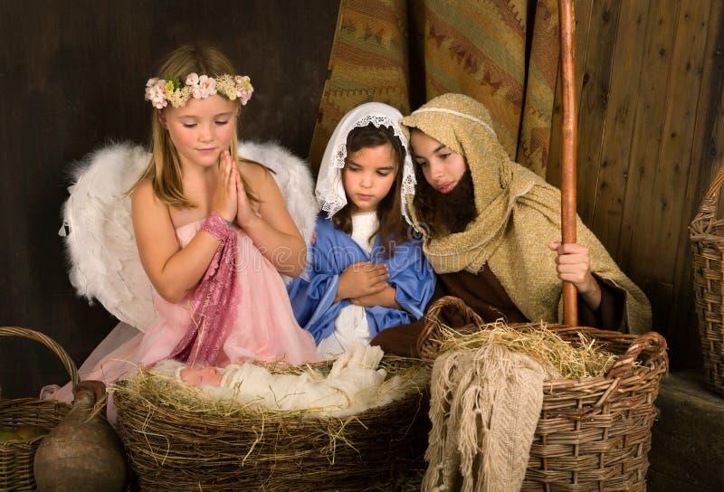Λίγος άγγελος στη σκηνή nativity στοκ φωτογραφία με δικαίωμα ελεύθερης χρήσης