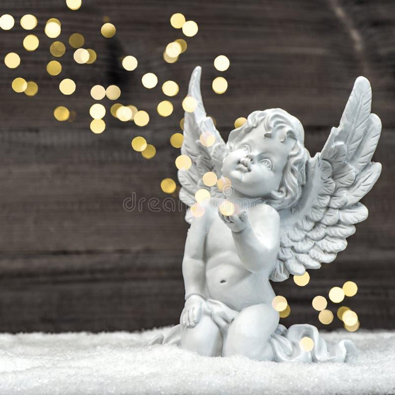Λίγος άγγελος φυλάκων με τα λαμπρά φω'τα τα Χριστούγεννα διακοσμούν τις φρέσκες βασικές ιδέες διακοσμήσεων στοκ εικόνα με δικαίωμα ελεύθερης χρήσης