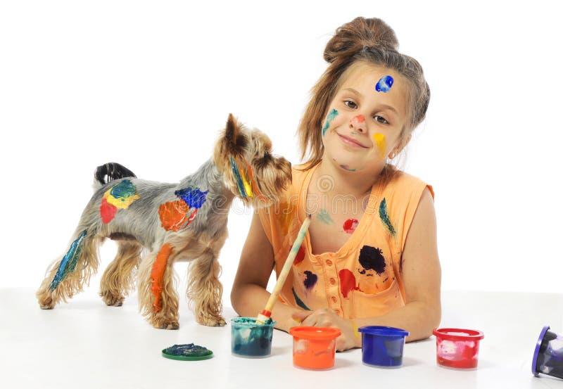 Λίγος ακατάστατος ζωγράφος κοριτσιών με το σκυλί στοκ εικόνα