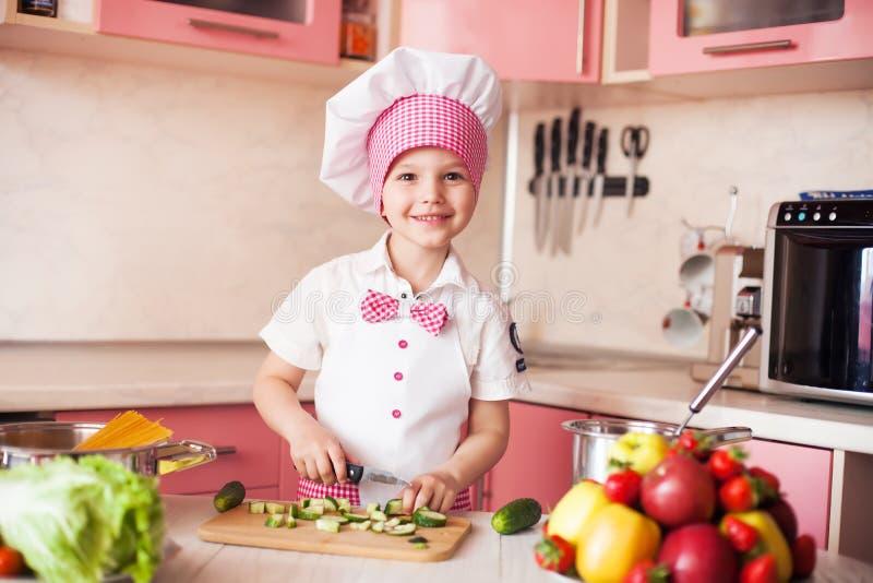 Λίγος αρχιμάγειρας μαγειρεύει στην κουζίνα στοκ φωτογραφίες με δικαίωμα ελεύθερης χρήσης