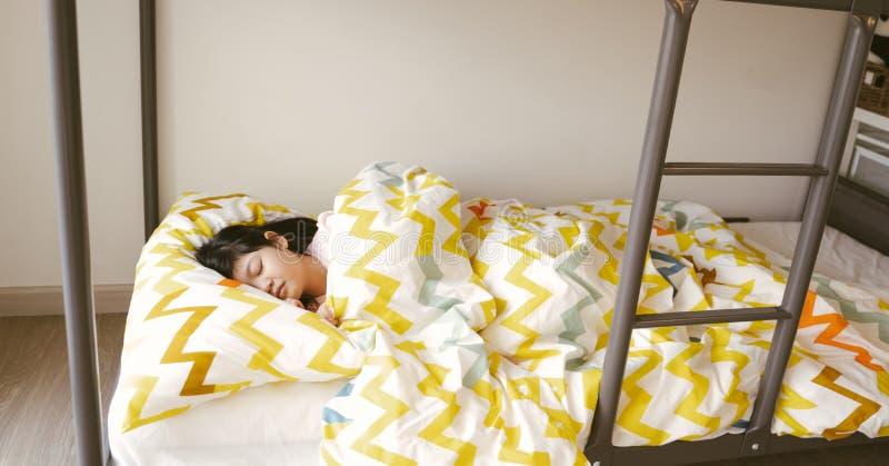 Λίγος ασιατικός ύπνος κοριτσιών στο κρεβάτι κουκετών στο δωμάτιο κρεβατιών στοκ φωτογραφία με δικαίωμα ελεύθερης χρήσης