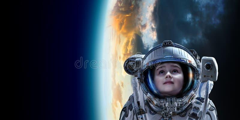 Λίγος αστροναύτης στην τροχιά πλανητών στοκ φωτογραφίες με δικαίωμα ελεύθερης χρήσης
